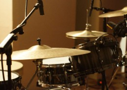 Neumann KM 184 small condenser microphone on Hi-Hats and Ride, AKG C414 on Toms